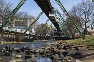 Schwebebahn: über dem renaturierten Fluss